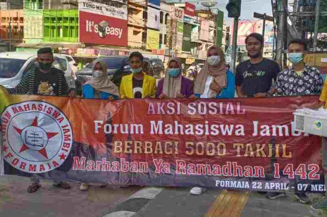 Aksi Sosial, Forum Mahasiswa Jambi Bagikan Takjil Gratis