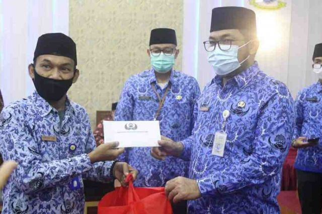 Sekda Serahkan Bingkisan Idul Fitri dan  Santunan Uang Duka Anggota Korpri