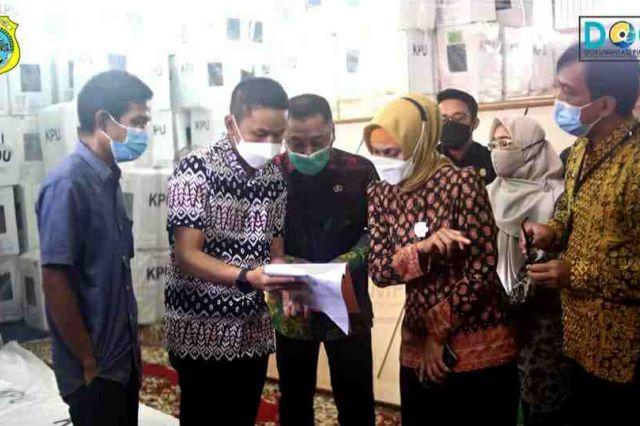 Sekda Dampingi Pj Gubernur Cek Logistik PSU di Gudang KPU Tanjab Timur