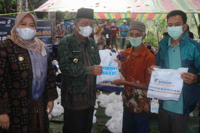 Wagub Abdullah Sani Hadiri Penyembelihan Hewan Kurban untuk Suku Anak Dalam