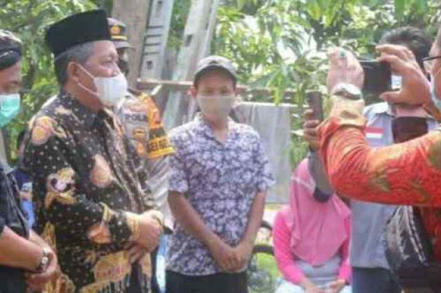 Salurkan Bantuan Sembako, Wagub Abdullah Sani Imbau Warga Patuhi Prokes