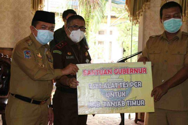 Percepat Testing dan Tracing Covid-19 di Tanjab Timur, Gubernur Al Haris Serahkan Bantuan Alat PCR