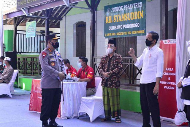 Presiden Jokowi dan Kapolri Tinjau Vaksinasi Merdeka Bersama Rumah Ibadah dan Ponpes