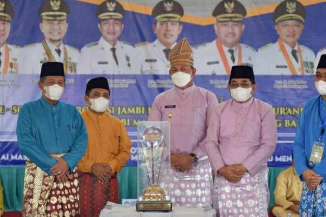 Abdullah Sani Serahkan Piala Bergilir Kepada Tanjab Barat Sebagai Juara Umum MTQ ke-50 Provinsi Jambi