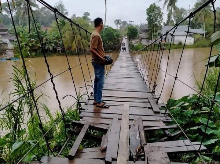 Patah dan Berlobang, Lantai Jembatan Gantung Lubuk Bumbun - Tanjung Ilir Mengkhawatirkan