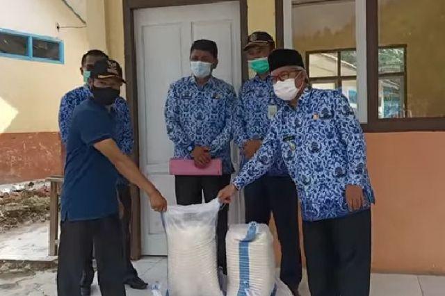Wabup Ami Taher dan Sekda Asraf Serahkan Bantuan Sembako di Desa Pungut Mudik