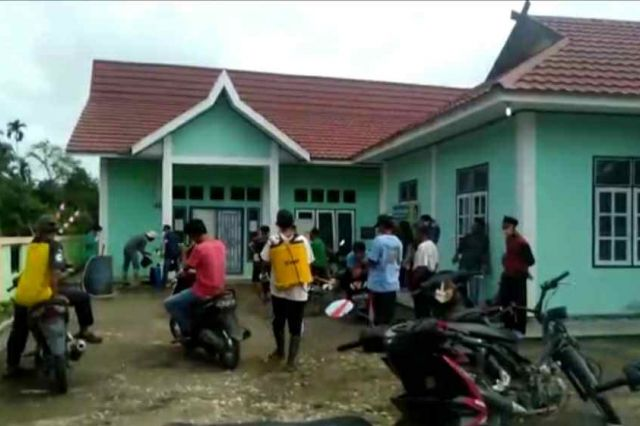 Desa Karang Mendapo Lakukan Penyemprot Disinfektan Secara Massal Cegah Corona