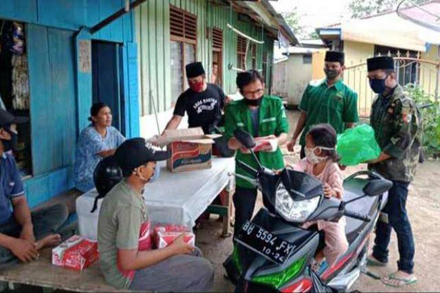 Aksi Sosial, GP Ansor Merangin Bagikan Masker dan Makanan Berbuka Puasa