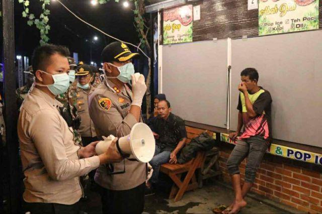 Cegah Penyebaran Corona, Kapolres Majalengka Pimpin Patroli Bersama Imbau Warga Tidak Berkerumun