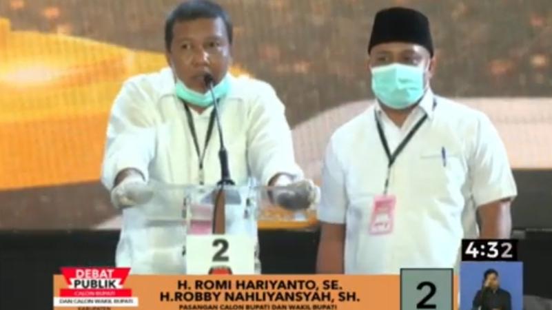 Romi  Hariyanto-Robby Nahliansyah saat debat publik Pilbup Tanjab Timur