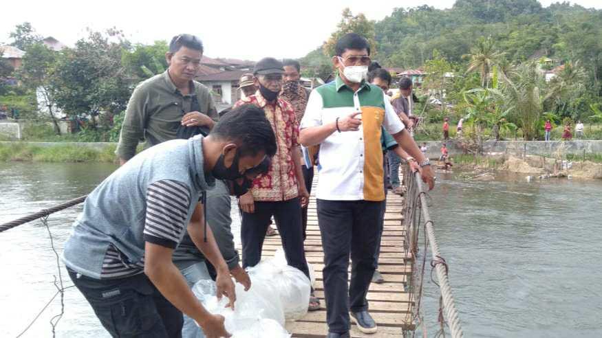 Syafril Nursal saat tebarkan ribuan benih ikan Semah dan Medik di Sungai Batang Merangin